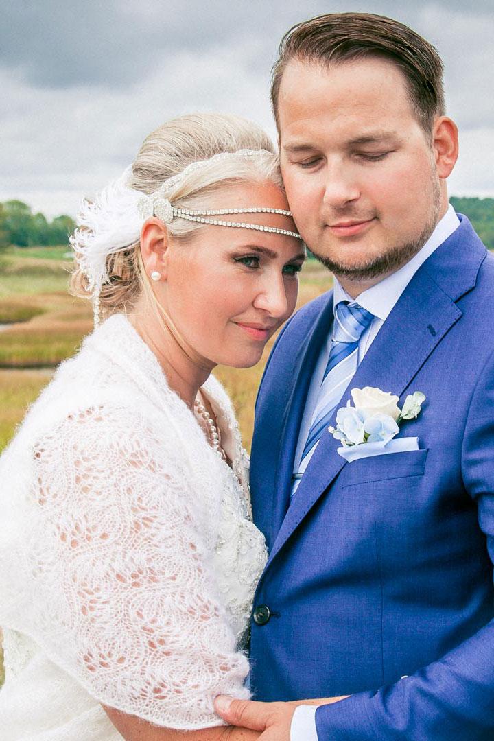 Brudeparet står og koser