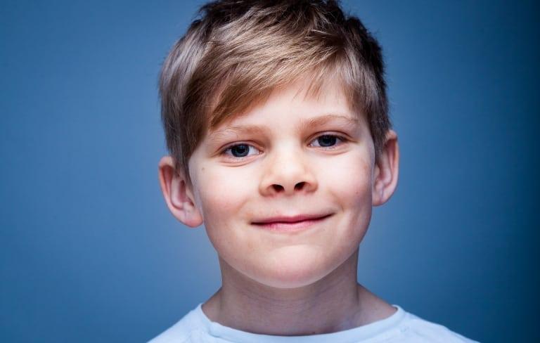 Barnefotografering portrettfoto studiofotografering Sandefjord Bilde har blå grå bakgrunn