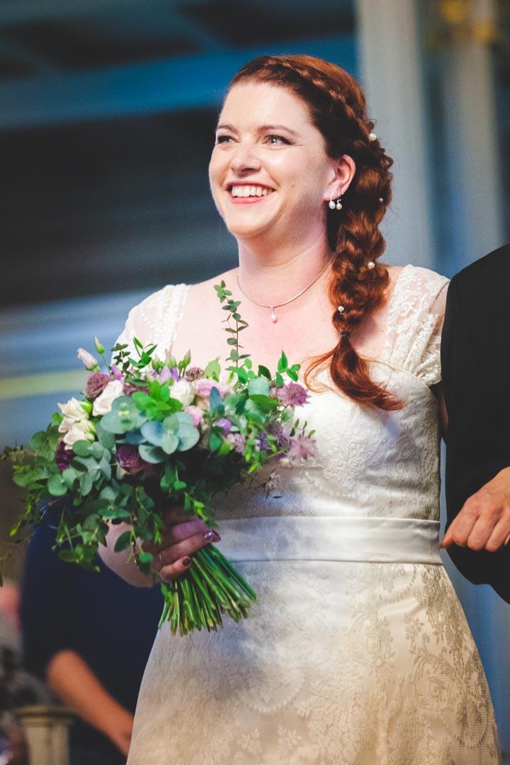 Bruden kommer inn i kirken