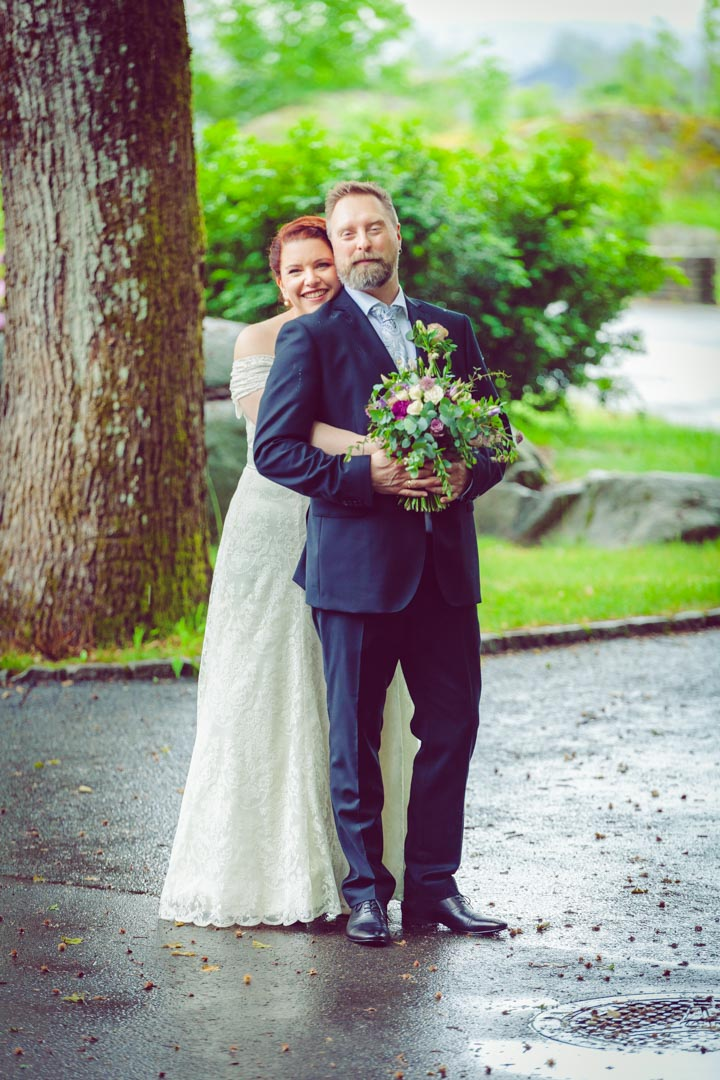 Brudeparret står under et stort tre på mokollen