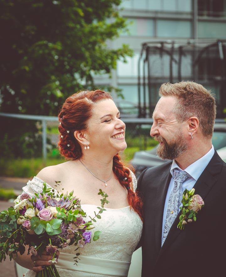 Brudeparret ankommer festen. Ser på hverandre og smiler