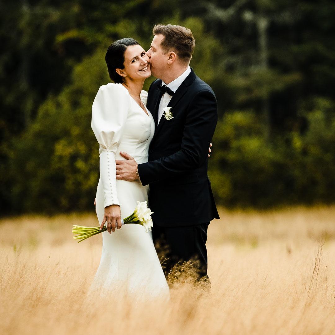 Ida og Ken sitt bryllup Ken kysser ida på kinnet