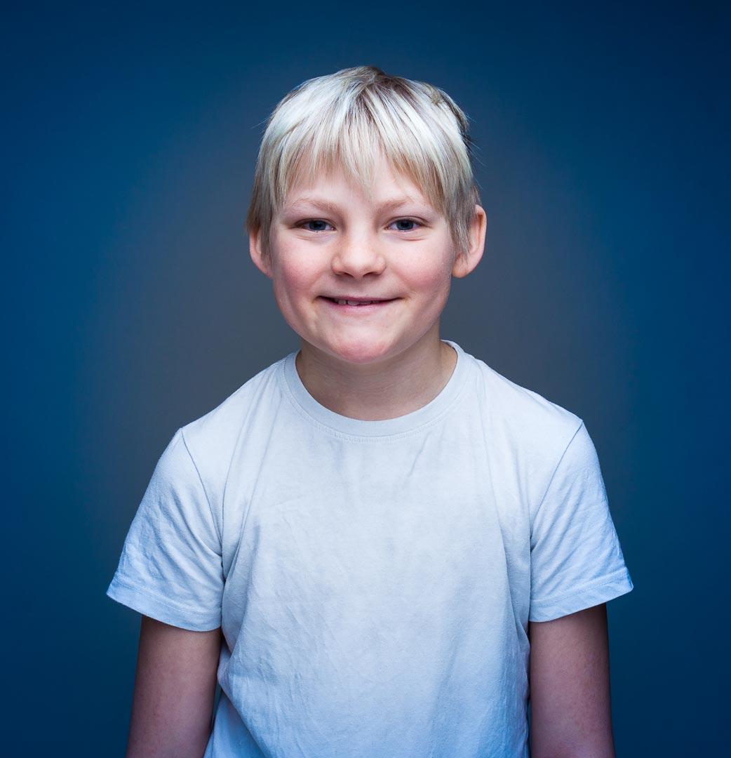 Ung gutt i studio med hvit t-shirt