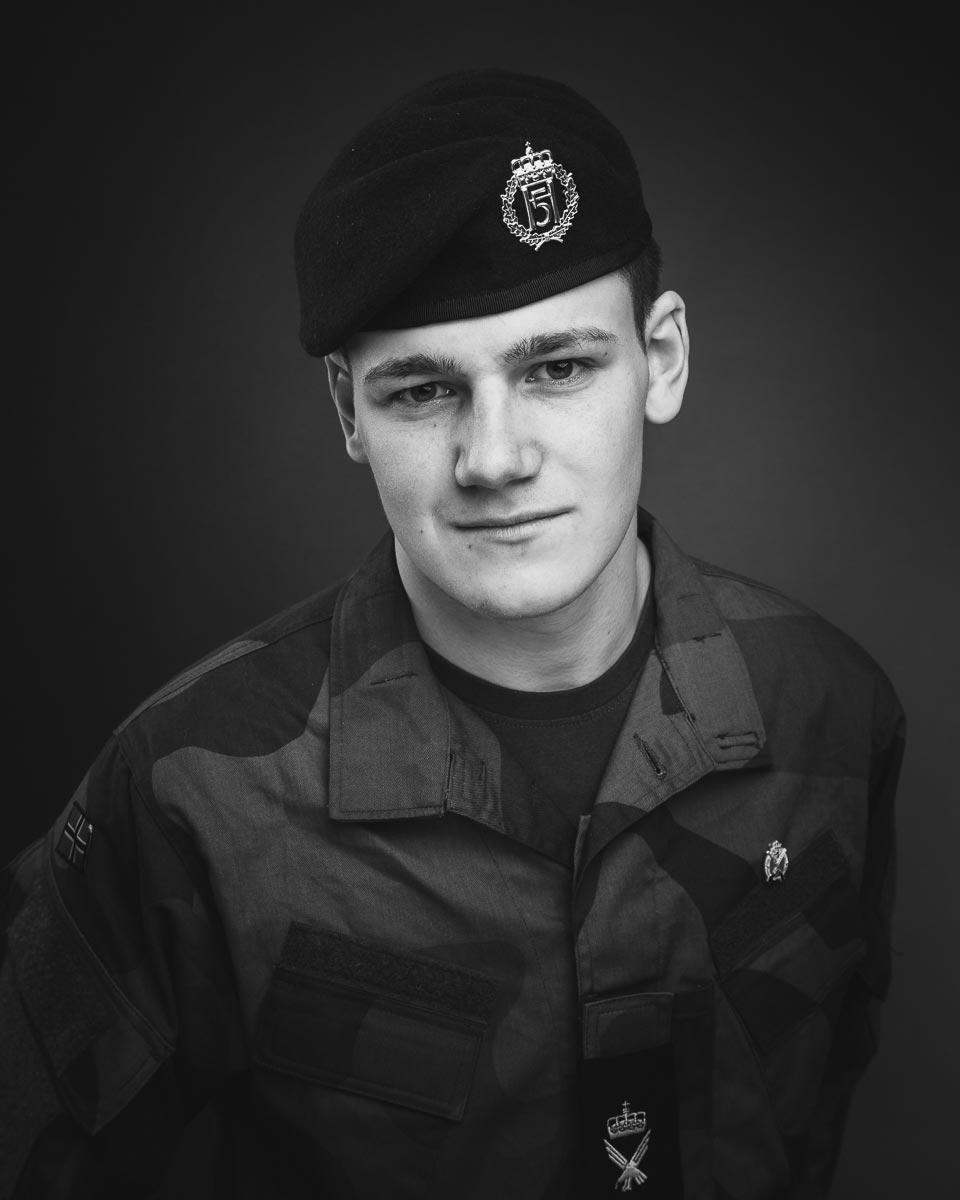 Soldat i uniform sort hvit