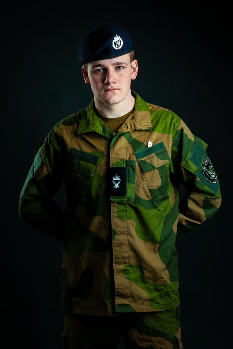 Soldat i uniform. Studio fotografering. Portrett i studio i Sandefjord