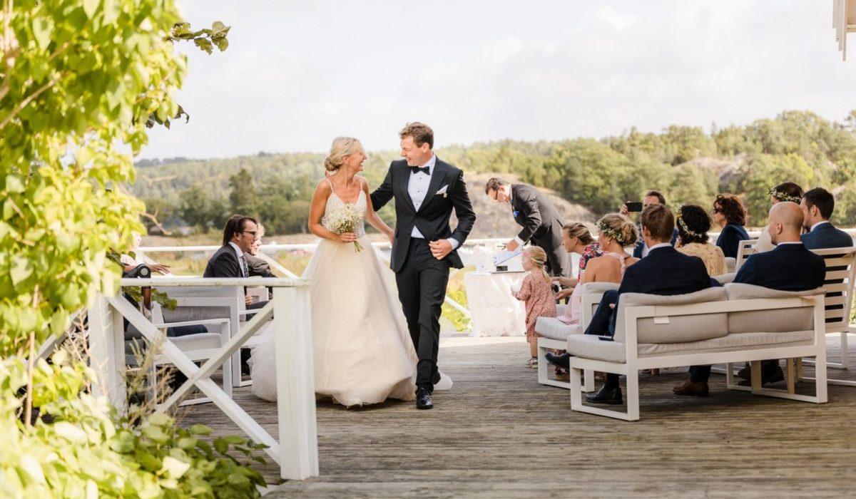 Brudepar holder rundt hverandre på vei ned fra plassen de giftet seg på