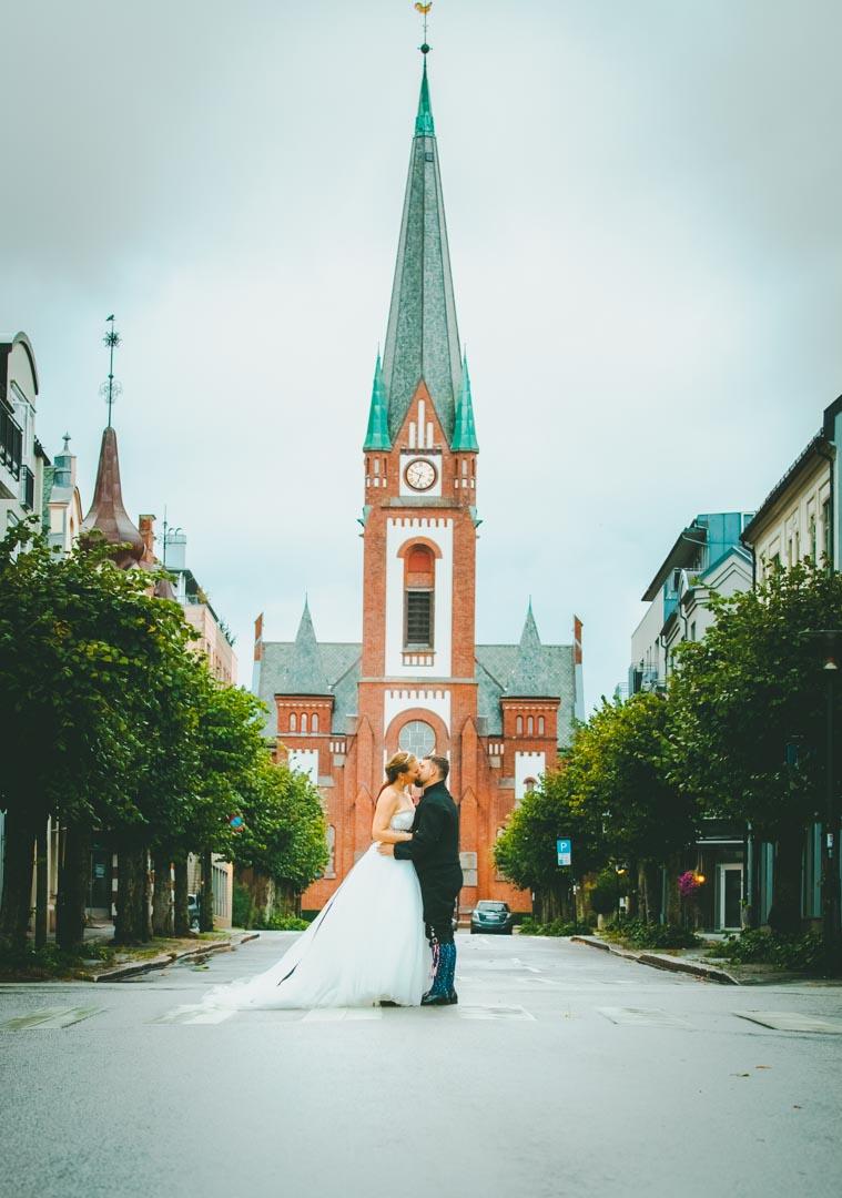 Bryllupsfotograf Tønsberg Brudepar midt i gata foran Sandefjord Kirke