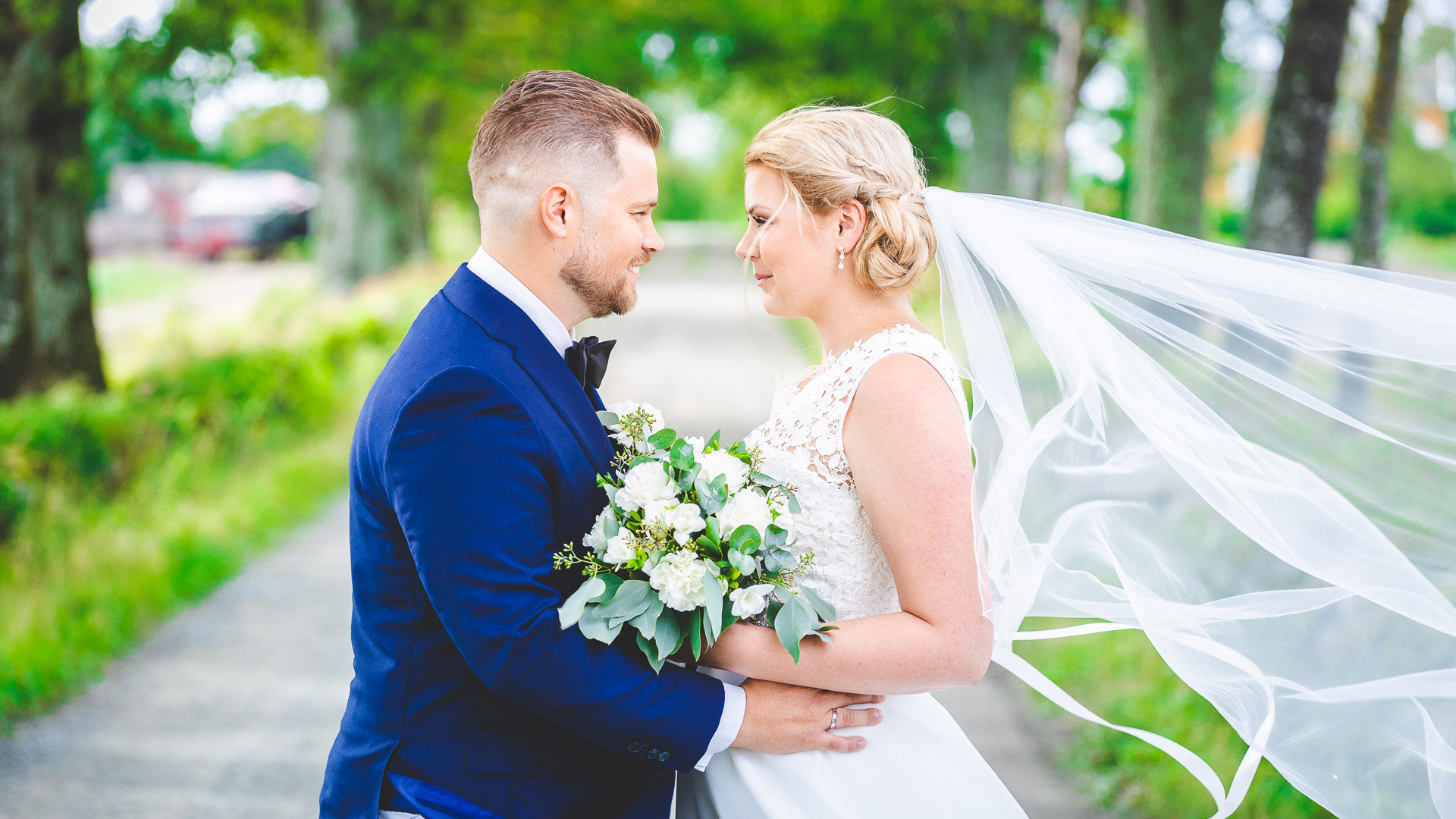 Bryllupsfotograf Brudeparet ser på hverandre