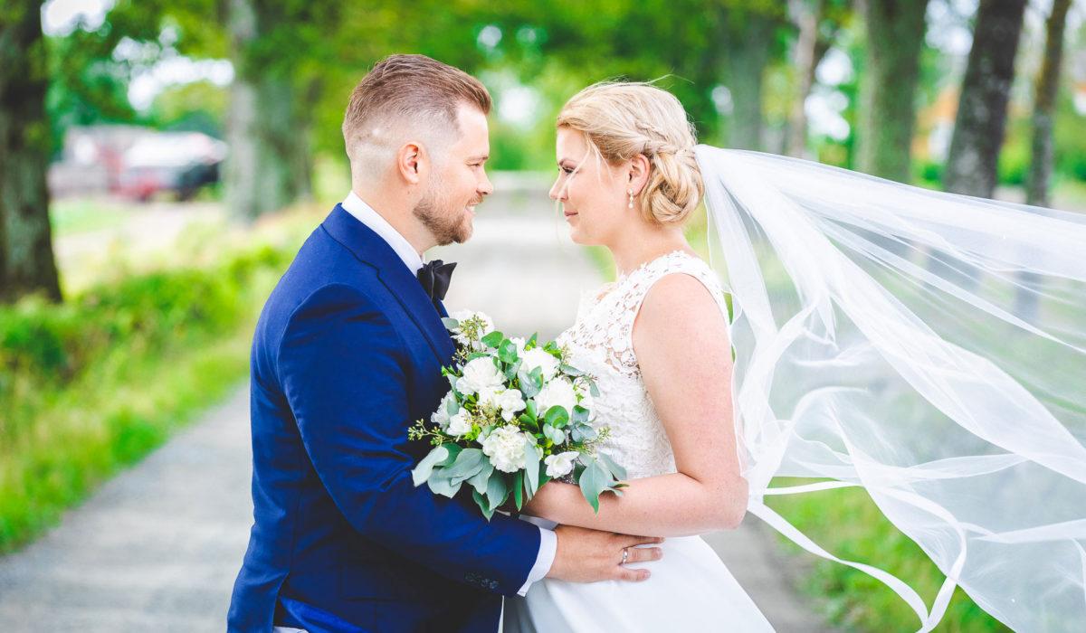 Bryllup ser på hverandre og smiler