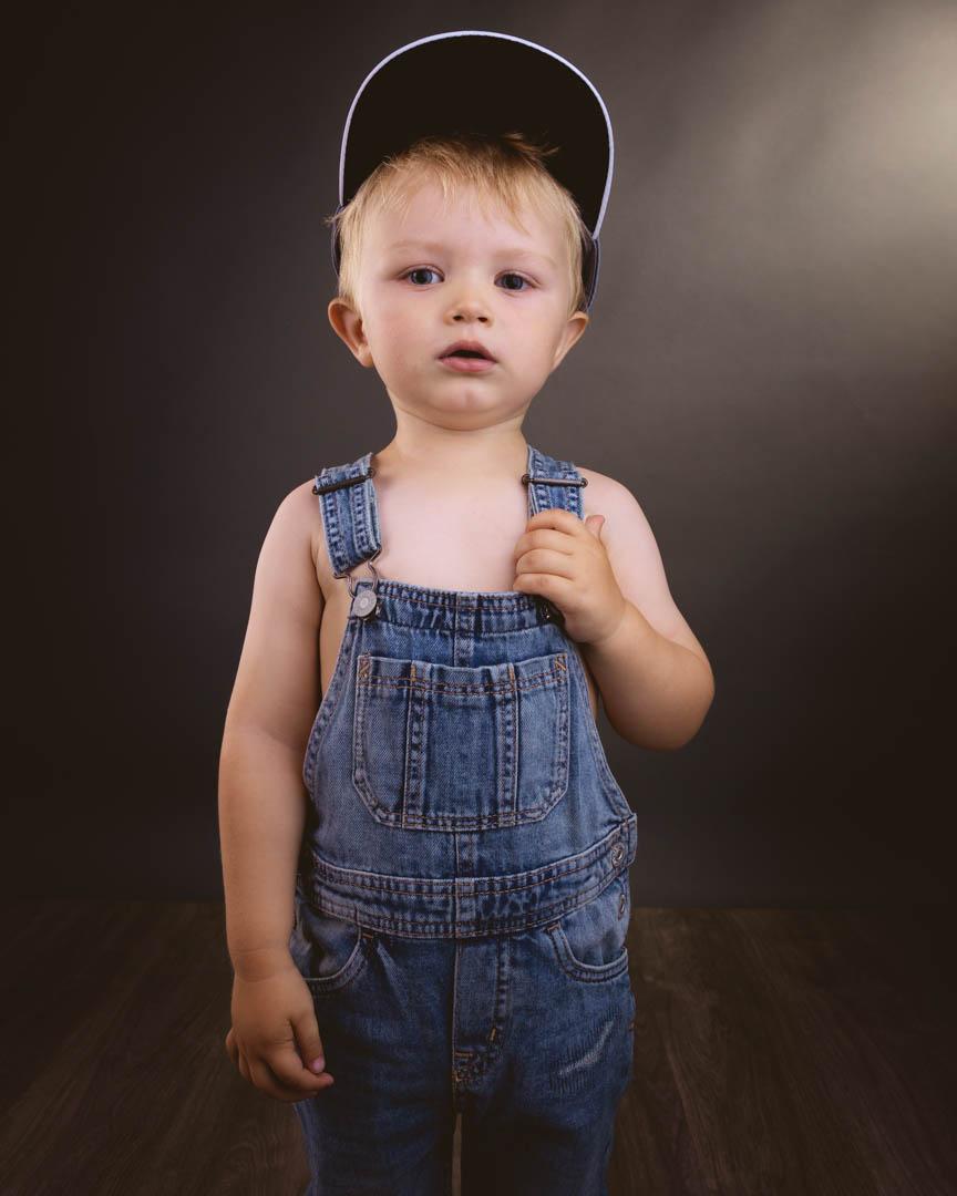 Barnefotografering i studio med mørk bakgrunn